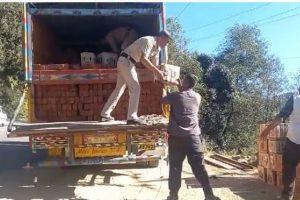 सिरमौर: ईंटों से भरे ट्रक में छिपाकर ले जा रहे थे 250 पेटी शराब, पुलिस ने पकड़ा